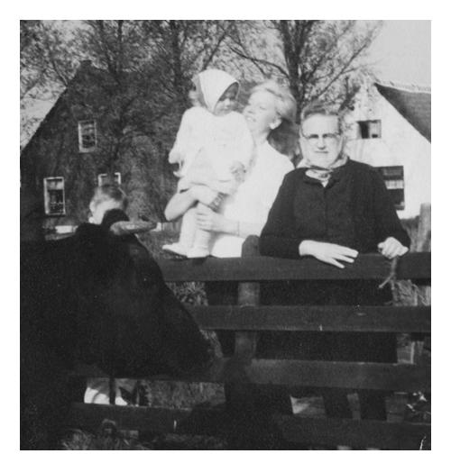 Jeugdfoto, samen met mama en oma naar de koeien kijken.