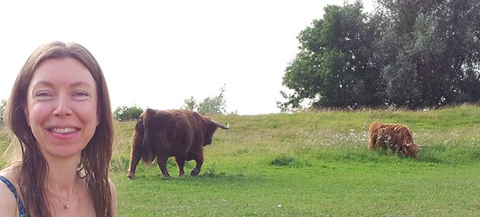 Je ziet mij afgebeeld met achtergrond de Schotse Hooglanders.