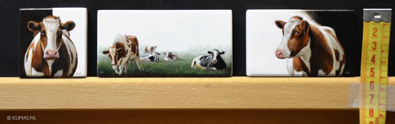 Drie miniatuur schilderijen van koeien.